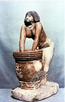 Mujer inclinándose sobre un cesto, el cuál está encima de una vasija de fermentación.