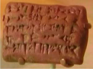 Otro ejemplo de tablilla de barro con escritura cuneiforme.